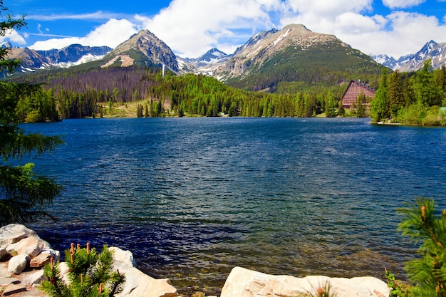 Prachtige berg lake strbske pleso in slowakije