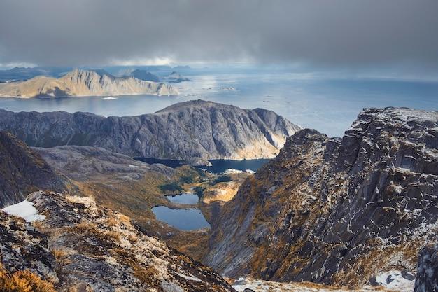 Prachtige bergen boven het vissersdorpje nusfjord