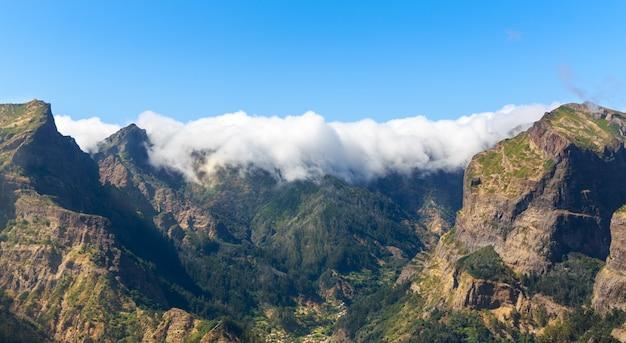 Prachtige bergen in wolken