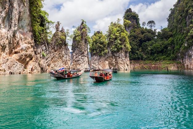 Prachtige bergen meer rivier hemel en natuurlijke attracties in ratchaprapha dam in khao sok national park, provincie surat thani, thailand.