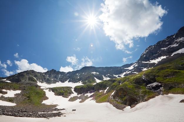 Prachtige bergen van de kaukasus in georgië