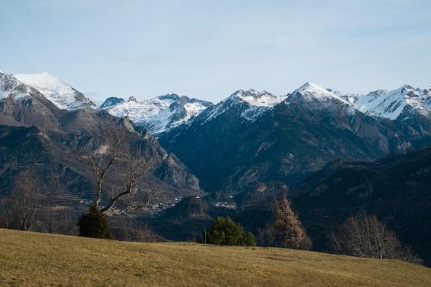 Prachtige bergketen bedekt met sneeuw