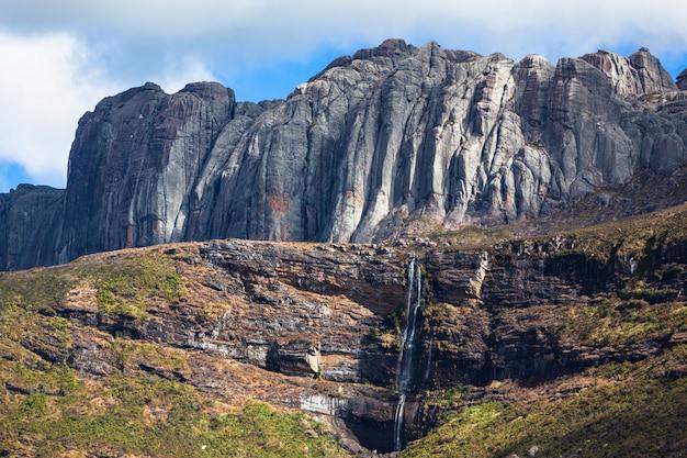 Prachtige bergvallei waterval en granieten rotsformaties van andringitra nationaal park madagaskar.