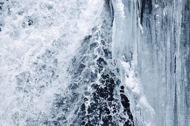 Prachtige bergwaterval bedekt met ijs