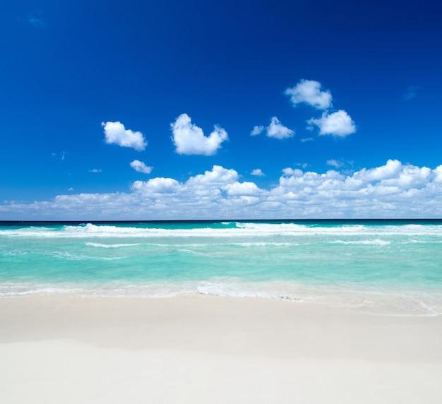 Prachtige blauwe caribische zee strand