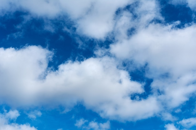 Prachtige, blauwe lucht met pluizige wolken, texturen kopiëren ruimteachtergrond
