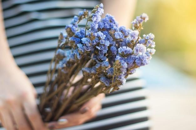 Prachtige bloemen in handen van de vrouw