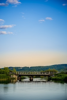 Prachtige brug in een meer en de heldere, rustige hemel