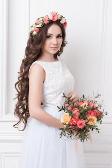 Prachtige bruid met bloemen