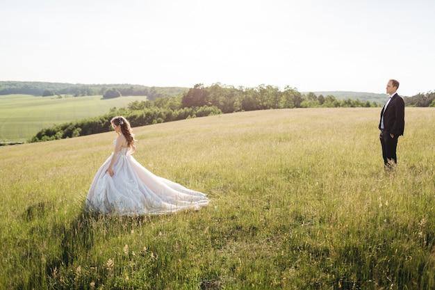 Prachtige bruiden die rond het veld lopen
