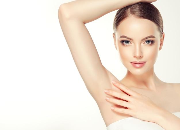Prachtige, bruinharige vrouw met schone huid en haren verzameld in nette haarstijl
