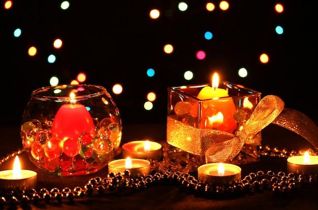 Prachtige compositie van kaarsen op houten tafel op lichte achtergrond