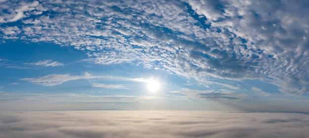 Prachtige dageraad boven de wolken. witte wolken en blauwe lucht.