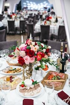 Prachtige decoratie van een bruiloftsrestaurant