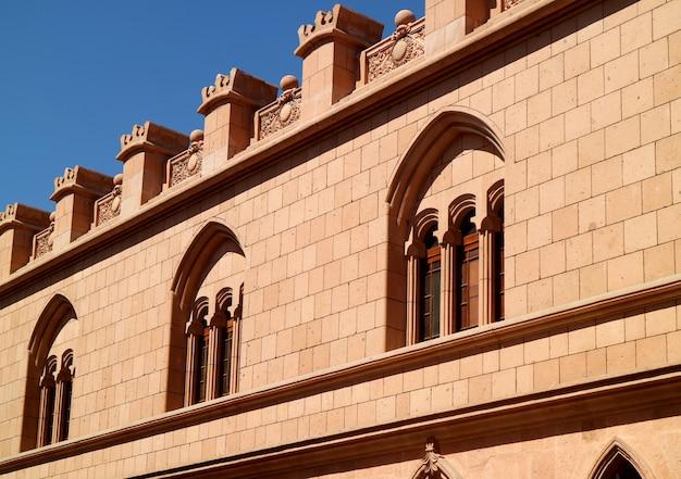 Prachtige decoratieve gevel van het vintage gebouw in peru, zuid-amerika