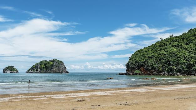 Prachtige eilandstranden van de tropische zee in thailand.