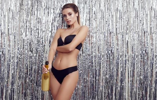 Prachtige elegante sensuele blonde vrouw in mode zwart ondergoed