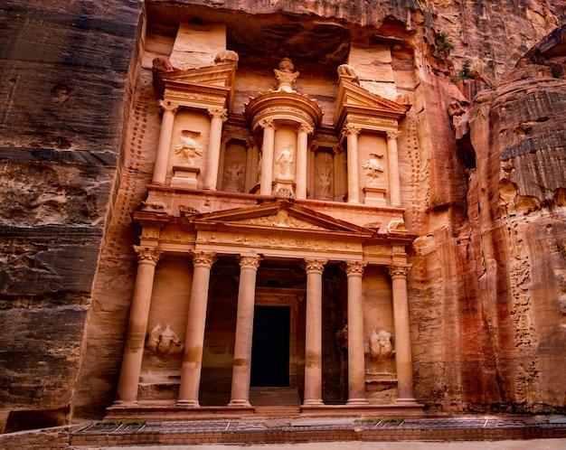 Prachtige en beroemde gevel in petra, jordanië