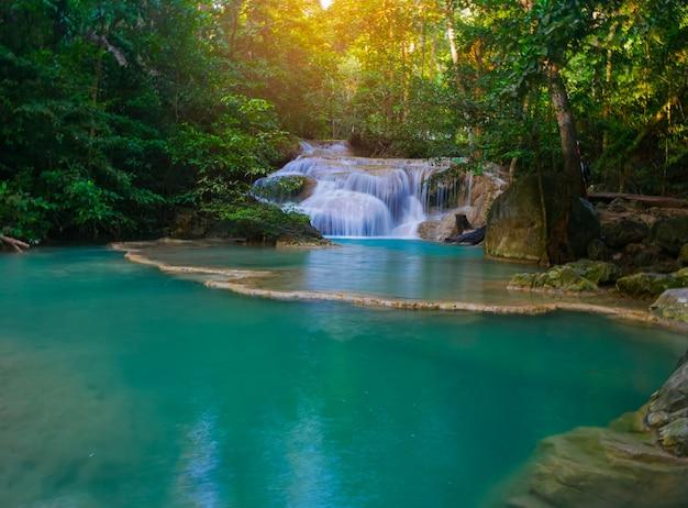 Prachtige erawan-waterval in het midden van een tropisch bos