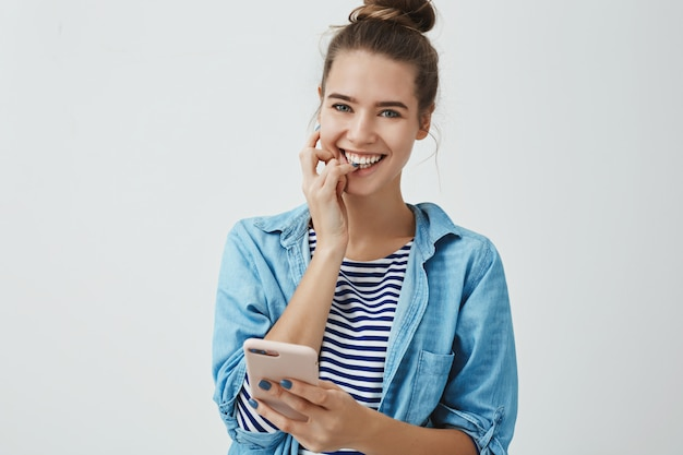 Prachtige europese vrouw gevoel opgewonden gelukkig blij smartphone te houden