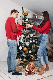 Prachtige familie brengt tijd thuis door