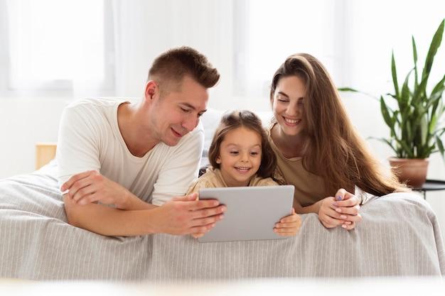 Prachtige familie kijken naar een tablet
