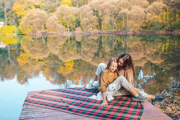 Prachtige familie op warme herfstdag in de buurt van meer