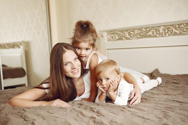 Prachtige familie tijd doorbrengen in een badkamer