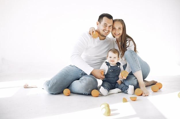 Prachtige familie tijd doorbrengen in een slaapkamer