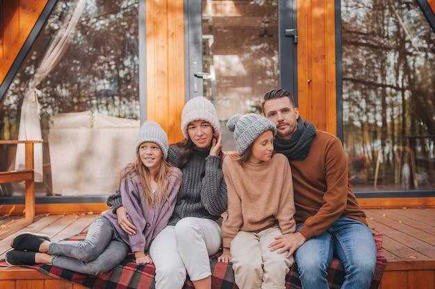 Prachtige familie wandelen op warme herfstdag