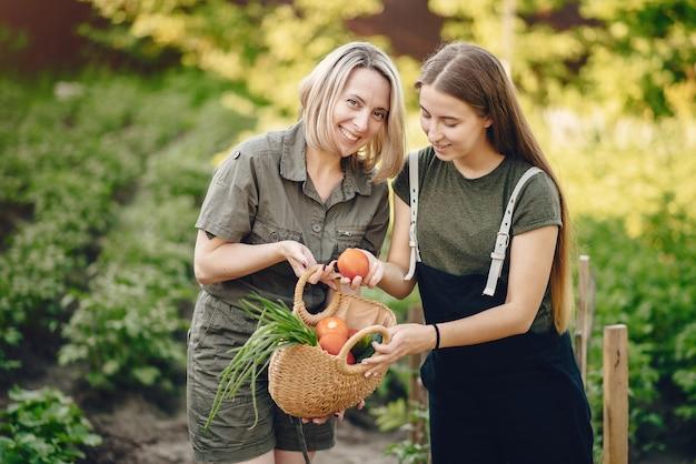 Prachtige familie werkt in een tuin in de buurt van het huis