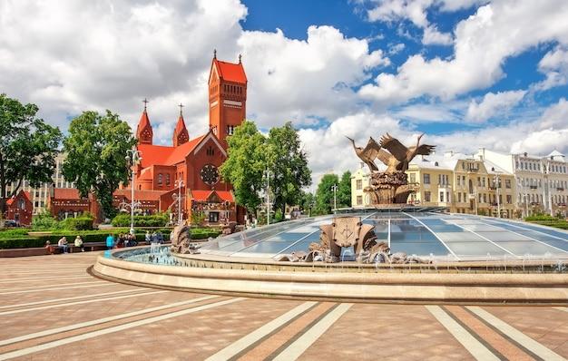 Prachtige fontein op het onafhankelijkheidsplein in minsk