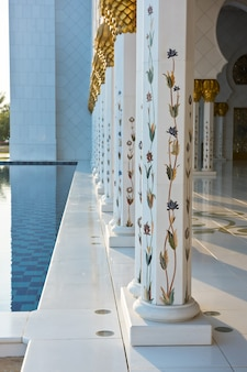 Prachtige galerij van de beroemde sheikh zayed white mosque in abu dhabi, verenigde arabische emiraten