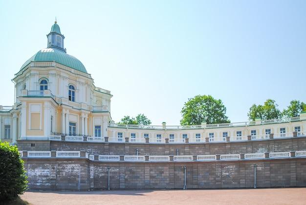 Prachtige gebouwen in oranienbaum lomonosov. st. petersburg