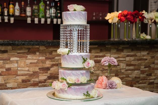 Prachtige gelaagde bruidstaart met bloemen