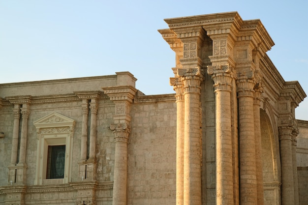 Prachtige gevel en de zijboog van de basiliek kathedraal van arequipa, peru