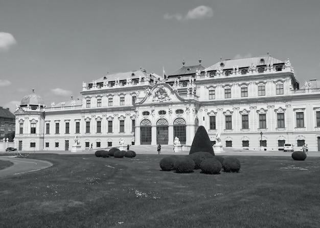 Prachtige gevel van het belvedere-paleis, unesco-werelderfgoed in wenen, oostenrijk in zwart-wit