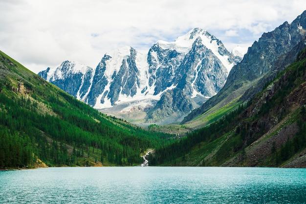 Prachtige gigantische besneeuwde bergen. aard.