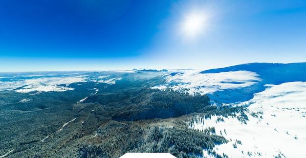 Prachtige gigantische sneeuwlaag op de heuvels in de bergen bedekt met sneeuw