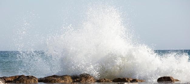 Prachtige golven beuken op de rotsen van de baai