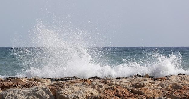 Prachtige golven beuken op rotsen in de baai