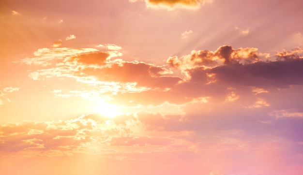 Prachtige gouden hemel zonsondergang