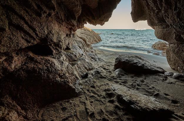 Prachtige grot met uitzicht op de middellandse zee bij zonsondergang
