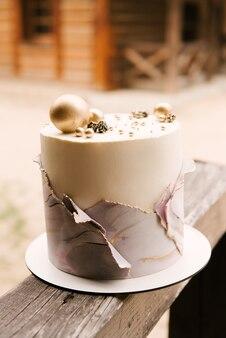 Prachtige handgemaakte cake met dubbele glazuur en stijlvolle marmeren decoratie