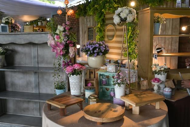 Prachtige huwelijksdecoratie met verschillende bloemen tentoongesteld