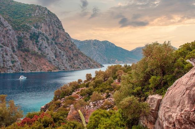 Prachtige idyllische berglandschap zee geweldig berglandschap op bewolkte hemel reizen achtergrond