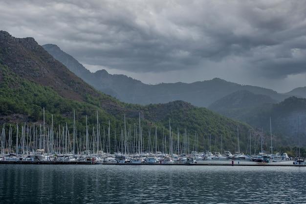 Prachtige idyllische berglandschap zee. stormachtige wolken boven de kustrotsen. dramatische lucht boven de zee.