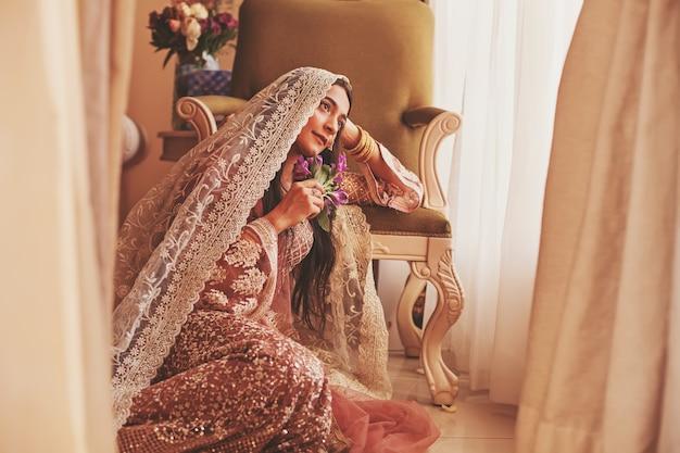 Prachtige indiase bruid met bedekt hoofd