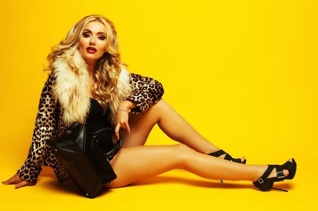 Prachtige jonge blonde vrouw