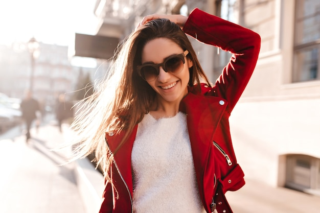 Prachtige jonge vrouw in casual jasje goede emoties uitdrukken